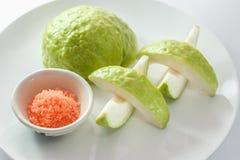 Goiaba orgânica fresca e pimenta vermelha e sal isolados na Foto de Stock Royalty Free