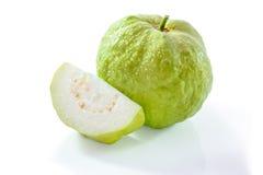 Goiaba orgânica fresca isolada em um fundo branco Fotos de Stock