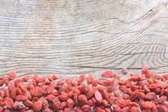 Goji-Beeren auf Holzoberfläche mit Patina Lizenzfreie Stockbilder