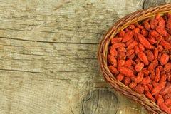 Gojibessen op de houten lijst Traditionele Chinese superfood Gezonde voedingrijken in mineralen en vitaminen Wolfberry Lyciumchi Stock Afbeelding