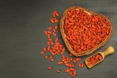 Gojibessen op de houten lijst Traditionele Chinese superfood Gezonde voedingrijken in mineralen en vitaminen Wolfberry Lyciumchi Stock Foto