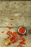 Gojibessen op de houten lijst Traditionele Chinese superfood Gezonde voedingrijken in mineralen en vitaminen Wolfberry Lyciumchi Royalty-vrije Stock Foto
