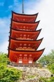 Goju-aucun-à la pagoda du tombeau d'Itsukushima sur Miyajima, le Japon image libre de droits