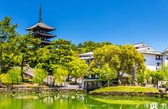 Goju-ingen-till fem-storied pagod ovanför det Sarusawa-ike dammet i Nara Arkivbilder