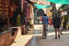 GOKARNA卡纳塔克邦印度- 2016年1月29日:有室外商店的拥挤狭窄的街道在Gokarna市 库存照片