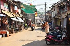 GOKARNA卡纳塔克邦印度- 2016年1月29日:穿橙色披肩的一个人在他的走沿街道的头在Gokarna市 库存图片