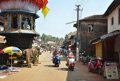 GOKARNA卡纳塔克邦印度- 2016年1月29日:驾驶在拥挤街道的人们滑行车在Gokarna市 免版税库存照片