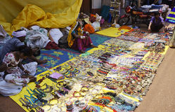 GOKARNA, ΙΝΔΙΑ - 27 ΦΕΒΡΟΥΑΡΊΟΥ 2014: οι ντόπιοι πωλούν το φτηνό κόσμημα επάνω Στοκ φωτογραφίες με δικαίωμα ελεύθερης χρήσης