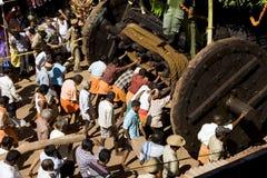 GOKARNA INDIA, Feb, - 27: Ludzie pchają świąteczną furę na Mahashiv Zdjęcia Royalty Free