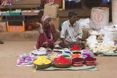 GOKARNA INDIA, Feb, - 27: sprzedawcy farba - ludzie świętują Zdjęcia Royalty Free