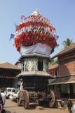 GOKARNA, INDIEN - 31. JANUAR 2014: Die alten hölzernen Kampfwagen mit Flaggen und Malereien von hindischen Göttern im heiligen Do lizenzfreie stockfotografie