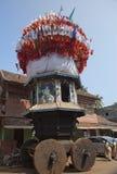 GOKARNA, INDIEN - 31. JANUAR 2014: Die alten h?lzernen Kampfwagen mit Flaggen und Malereien von hindischen G?ttern im heiligen Do lizenzfreie stockfotografie