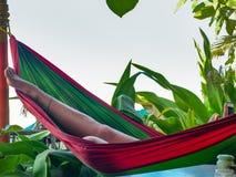 GOKARNA, KARNATAKA, INDIA-FEBUARY 8 2018: La mujer joven se relaja en una hamaca, playa de Gokarna fotografía de archivo libre de regalías