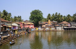 GOKARNA, KARNATAKA, INDIEN - 27. FEBRUAR 2014: Einheimische baden im Th Lizenzfreies Stockbild