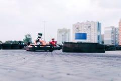 Gokartrennwagen auf der Bahn in der Aktion, Meisterschaft, aktiver Sport, extremer Spaß, der Fahrer hält seine Hände auf dem Rad stockfoto