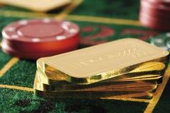 Gokkende spaanders en goudstaven op roulettelijst Royalty-vrije Stock Foto