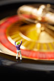 Gokker bij Roulettewiel Stock Fotografie