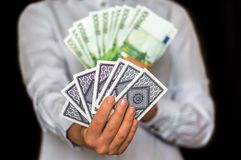 Gokker met kaarten en euro geldbankbiljetten Stock Foto's
