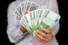 Gokker met kaarten en euro geldbankbiljetten Stock Afbeeldingen