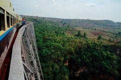 Gokteik高架桥是在缅甸的一座铁路桥梁与火车和p 免版税库存照片