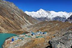Gokyo村庄和湖有登上的卓奥友峰在背景,尼泊尔 库存图片