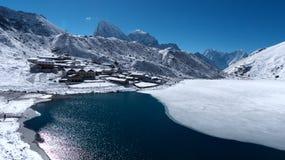 Gokyo, klein dorp in Nepal stock foto