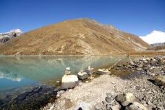 Gokyo Ri e lago sagrado Imagens de Stock Royalty Free