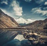 Gokyomeer en het Himalayagebergte in grijze blauwe schaduwen royalty-vrije stock fotografie