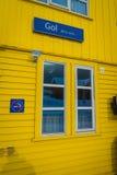 GOL, NORWAR, 2018年4月, 02日:木黄色大厦室外看法与一个玻璃窗的和情报标志没有 库存图片