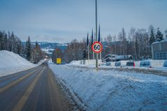 GOL, NORWAR, 02 ΑΠΡΙΛΊΟΥ, 2018: Άποψη του καθαρισμένου δρόμου και μερικών αυτοκινήτων που σταθμεύουν σε μια πλευρά, με έναν πληρο Στοκ Εικόνες
