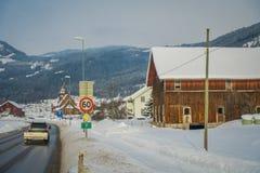GOL, NORWAR, 02 ΑΠΡΙΛΊΟΥ, 2018: Άποψη του ξύλινου κτηρίου που βρίσκεται σε μια πλευρά του δρόμου με ένα αυτοκίνητο στο δρόμο που  Στοκ φωτογραφίες με δικαίωμα ελεύθερης χρήσης