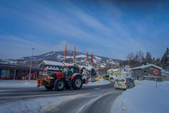 GOL, NORWAR, 02 ΑΠΡΙΛΊΟΥ, 2018: Η υπαίθρια άποψη των βαριών κόκκινων μηχανημάτων που καθαρίζουν το χιόνι μετά από ένα winterstorm Στοκ Εικόνα