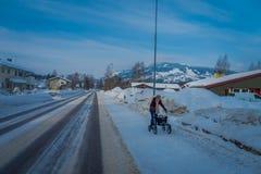 GOL, NORWAR, 02 ΑΠΡΙΛΊΟΥ, 2018: Μη αναγνωρισμένη γυναίκα που περπατά χρησιμοποιώντας μια υποστήριξη κάρρων, που φορά τα θερμά ενδ Στοκ εικόνες με δικαίωμα ελεύθερης χρήσης