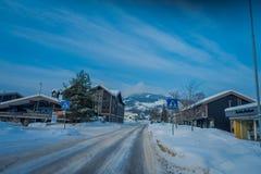 GOL, NORWAR, 02 ΑΠΡΙΛΊΟΥ, 2018: Πανέμορφη υπαίθρια άποψη μερικών κτηρίων που βρίσκονται σε μια πλευρά του δρόμου με το χιόνι κατά Στοκ Εικόνα