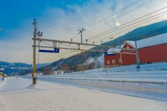 GOL, NORWAR, 02 ΑΠΡΙΛΊΟΥ, 2018: Πανέμορφη υπαίθρια άποψη των γραμμών καλωδίων σιδηροδρόμου που χρησιμοποιούνται για τη μεταφορά τ Στοκ φωτογραφίες με δικαίωμα ελεύθερης χρήσης