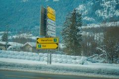 GOL, NORWAR, 02 ΑΠΡΙΛΊΟΥ, 2018: Υπαίθρια άποψη του πληροφοριακού σημαδιού δομές, που καλύπτεται στις μεταλλικές με το χιόνι σε GO Στοκ φωτογραφία με δικαίωμα ελεύθερης χρήσης