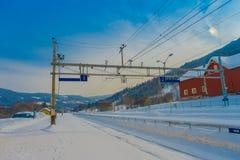 GOL, NORWAR, APRIL, 02, 2018: Herrliche Ansicht im Freien von den Kabelleitungen der Eisenbahn benutzt für Zugtransport in der St Lizenzfreies Stockbild
