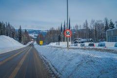 GOL NORWAR, APRIL, 02, 2018: Sikten av den rengjorda vägen och några bilar som parkeras på en sida, med ett informativt, suckar i Arkivbilder