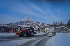 GOL NORWAR, APRIL, 02, 2018: Utomhus- sikt av tungt rött maskineri som gör ren snön efter en täckt winterstorm med Fotografering för Bildbyråer