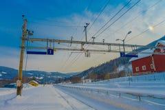 GOL, NORWAR, 02 APRILE, 2018: Vista all'aperto splendida delle linee del cavo di ferrovia utilizzate per il trasporto del treno n Fotografia Stock
