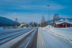 GOL, NORWAR, AVRIL, 02, 2018 : Vue des machines jaunes lourdes nettoyant la neige après un winterstorm et en bois extérieurs Photos stock