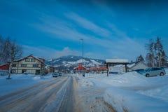 GOL, NORWAR, KWIECIEŃ, 02, 2018: Plenerowy widok drewniany budynek i niektóre samochody lokalizować przy jeden stroną droga blisk Fotografia Royalty Free