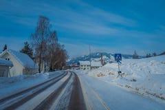 GOL, NORWAR, KWIECIEŃ, 02, 2018: Plenerowy widok lokalizować przy jeden stroną droga drewniany budynek, zakrywającą z śniegiem w  Fotografia Stock