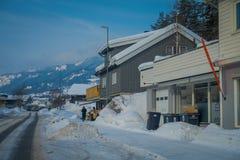 GOL, NORWAR, KWIECIEŃ, 02, 2018: Plenerowy widok lokalizować przy jeden stroną droga drewniany budynek, zakrywającą z śniegiem w  Obrazy Stock