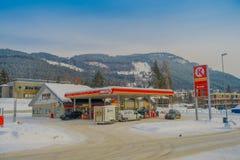 GOL, NORWAR, KWIECIEŃ, 02, 2018: Plenerowy widok niektóre samochody w benzynowej staci, zakrywający z śniegiem w GOLU Zdjęcie Royalty Free