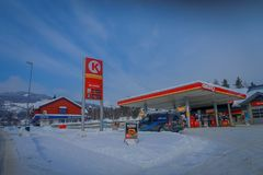 GOL, NORWAR, KWIECIEŃ, 02, 2018: Plenerowy widok niektóre samochody w benzynowej staci, zakrywający z śniegiem w GOLU Zdjęcia Royalty Free