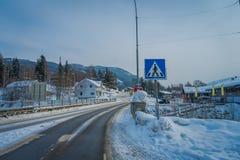 GOL, NORWAR, KWIECIEŃ, 02, 2018: Widok czyścić droga i niektóre samochody parkujący przy jeden stroną z pouczającym westchnieniem Zdjęcia Royalty Free