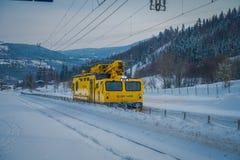 GOL, NORWAR, KWIECIEŃ, 02, 2018: Zima plenerowy widok odpowiedzialny dla posiadać ogromna kolor żółty ciężarówki zmora nor utrzym Zdjęcia Stock