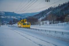 GOL, NORWAR, KWIECIEŃ, 02, 2018: Zima plenerowy widok odpowiedzialny dla posiadać ogromna kolor żółty ciężarówki zmora nor utrzym Zdjęcia Royalty Free