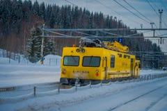 GOL, NORWAR, KWIECIEŃ, 02, 2018: Zima plenerowy widok odpowiedzialny dla posiadać ogromna kolor żółty ciężarówki zmora nor utrzym Fotografia Stock